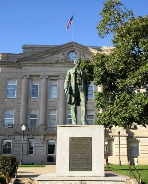 Lincoln statue & courthouse.JPG