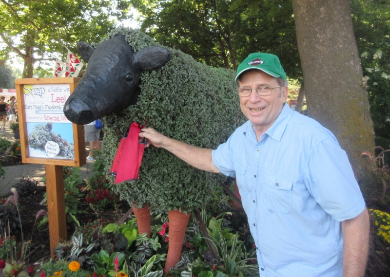 Chuck Offenburger & Lee at Earl May garden at Iowa State Fair Aug 15.JPG