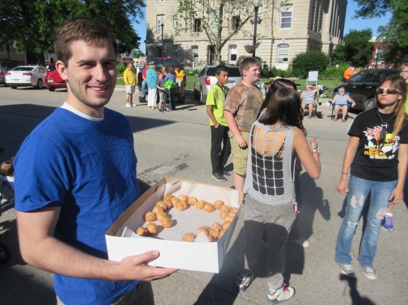 Ben Teusch handing out donuts.JPG