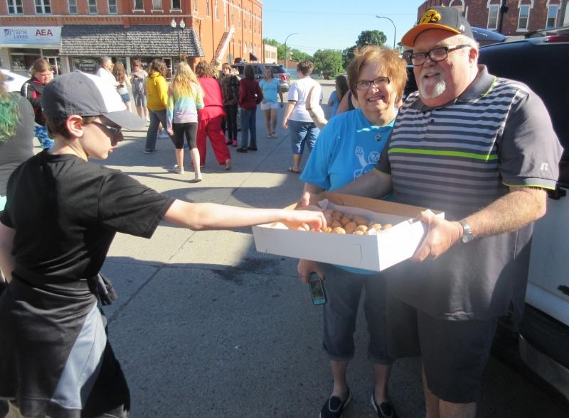 Randy & Phyllis Bunkers handing out donut holes.JPG